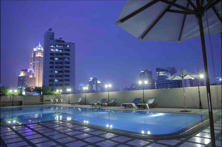 Omnitower cozy apartment near bts nana pool view