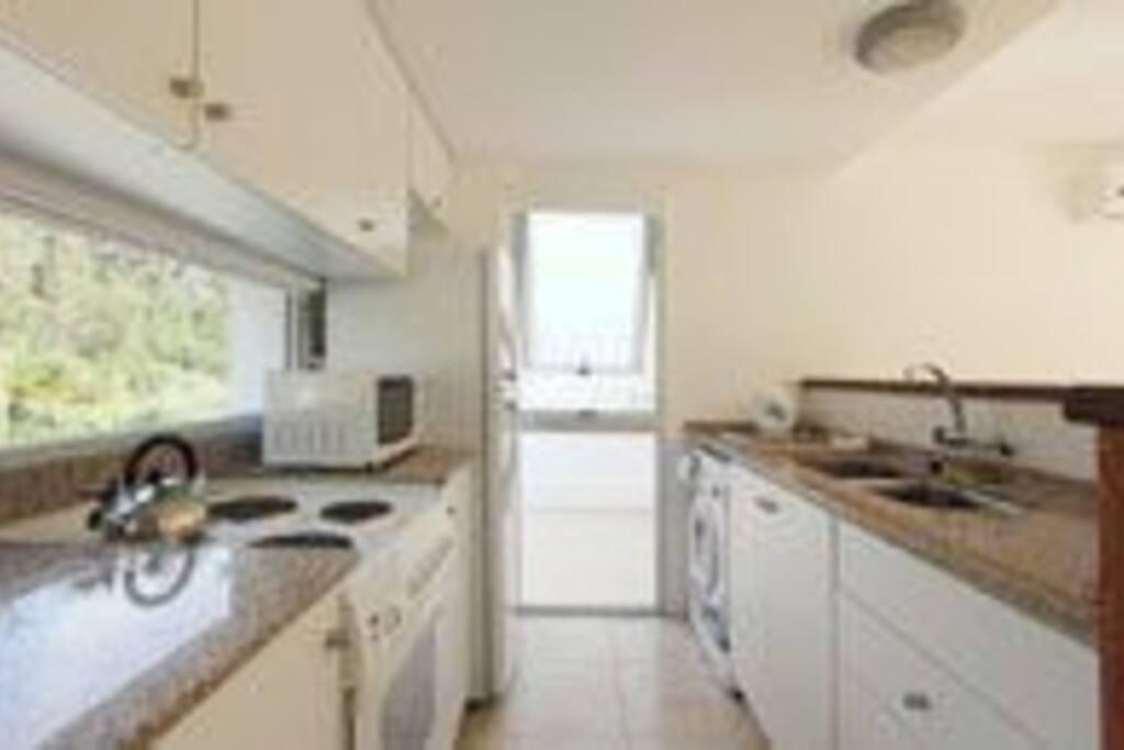 cocina completa: lavarropas, heladera, jarra electrica, microondas, anafe y horno
