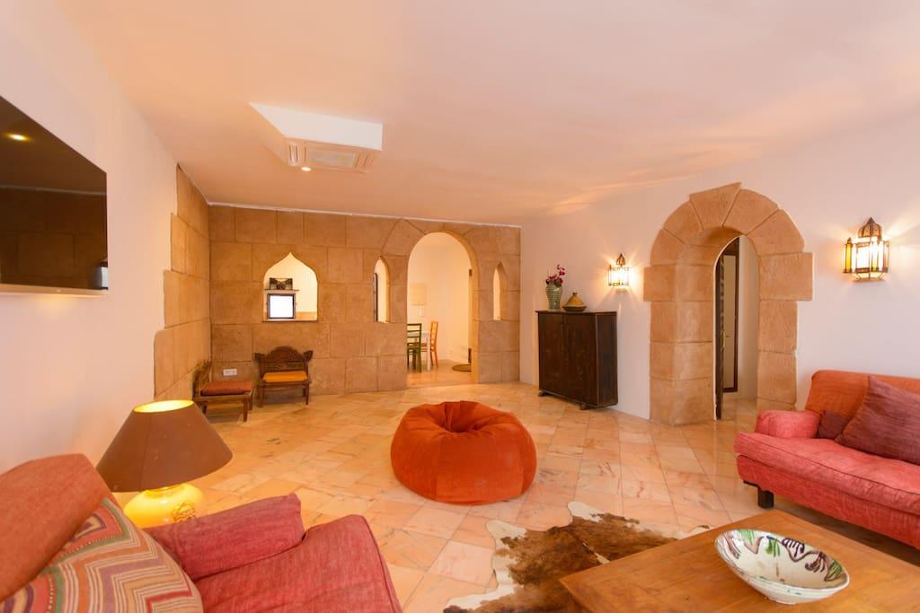 Spacious Living Room Impression