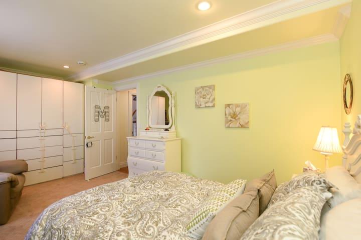 Jack & Jill, Room #1 Queen bed & bath