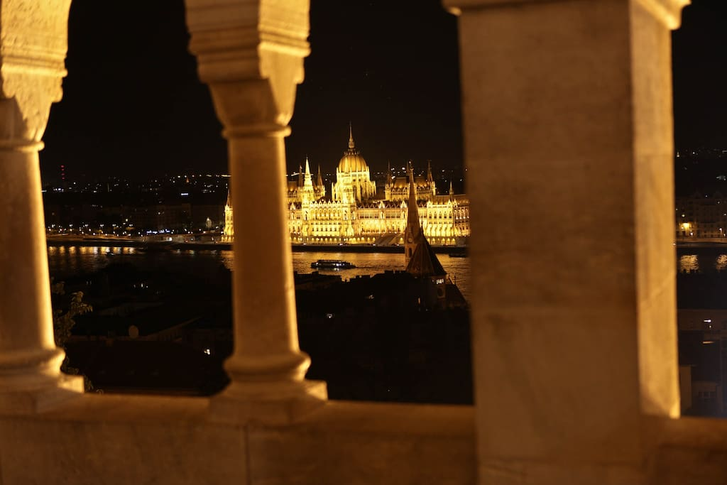 Das Parlament von der Buda Seite aus. The Parlament from the Budaside View.