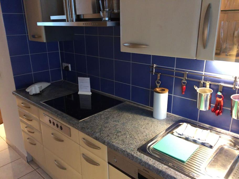 Küche Herd.Spülbecken und Geschirspülmaschiene