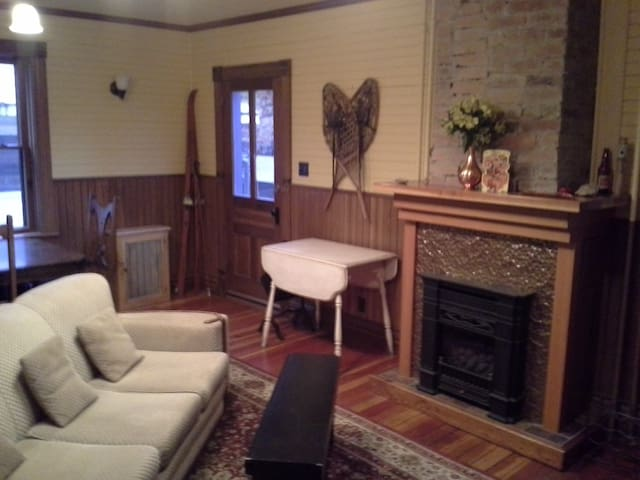 Room in a heritage home...downtown, main st - Fernie - Rumah