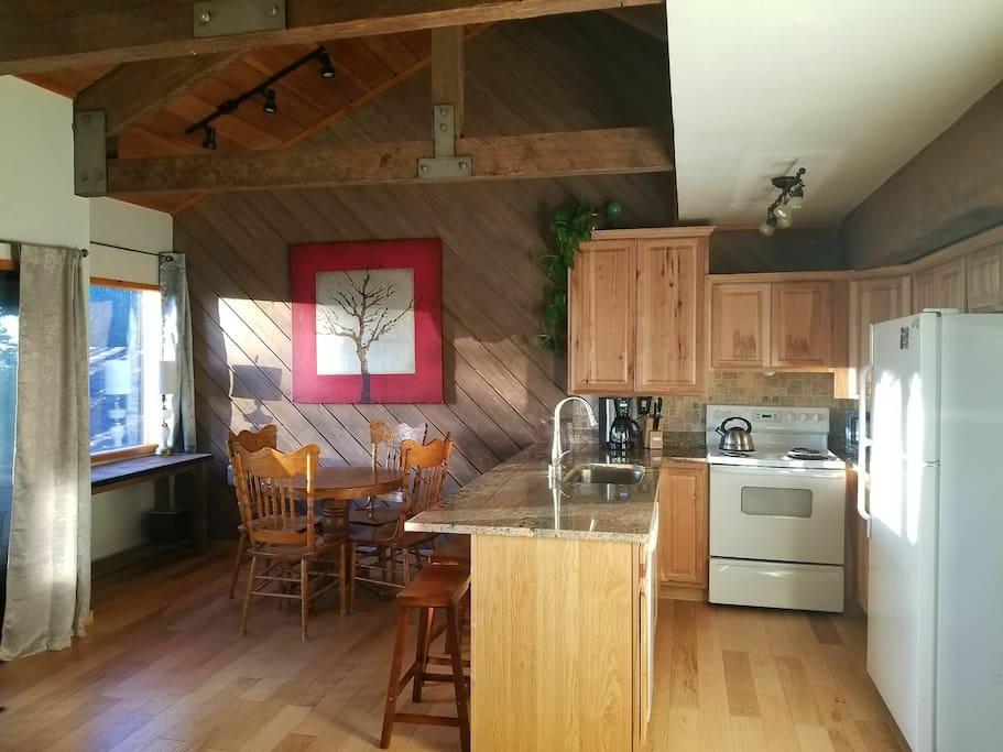 open kitchen dining area, hikory wood floors,granite countertops,high ceilings beautiful beans