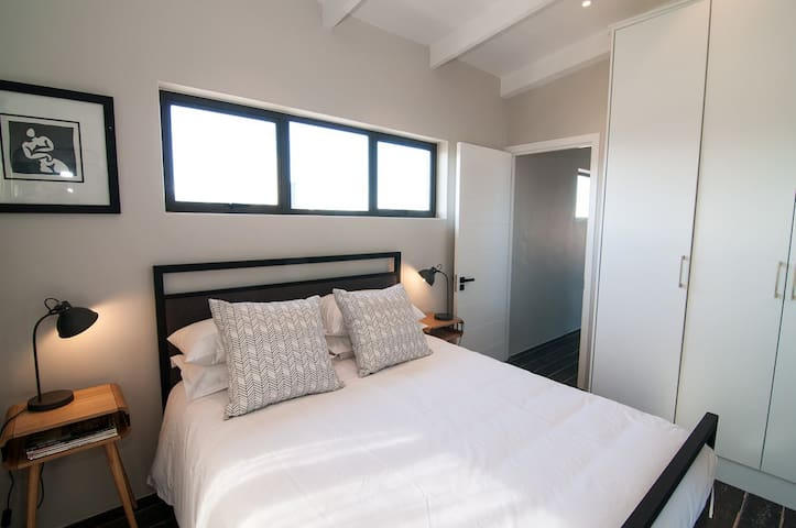 1 x Queen size bed with en-suite (shower and lavatory) - mountain views with air conditioner and TV