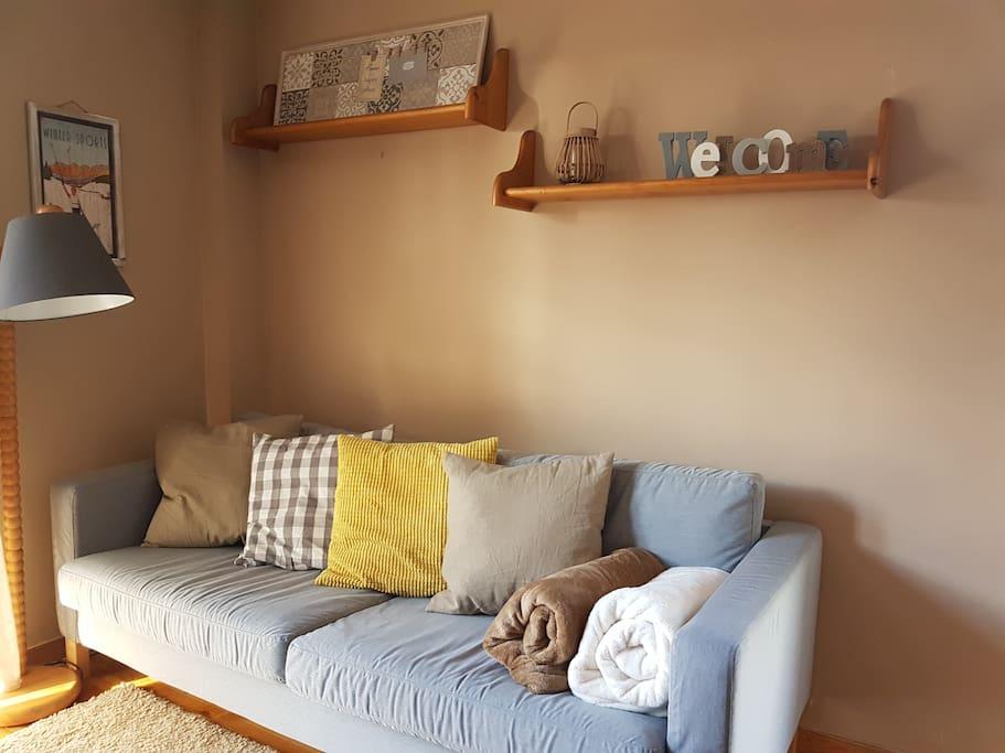 Salón-Comedor: sofá 3-4 plazas, cojines, mantas