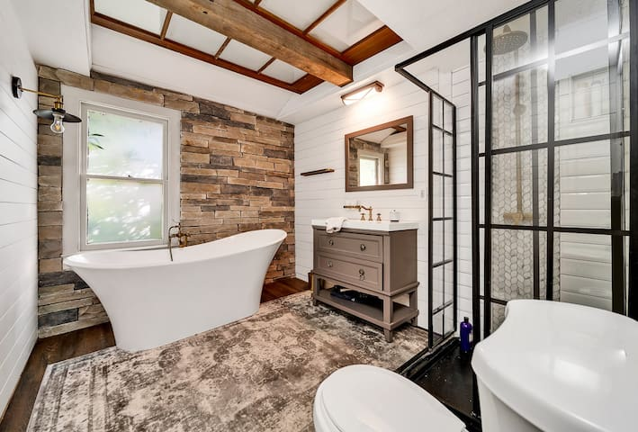 ⤜Spacious Urban RiverEdge Loft With Soaking Tub⤛