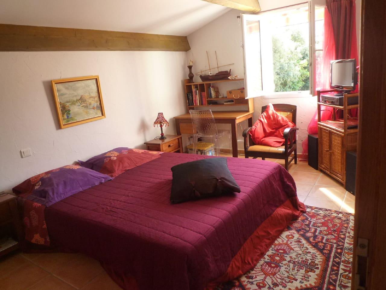 chambre climatisée, vue chateau de la Punta . lit 160 cm  ,TV,penderie et bureau.