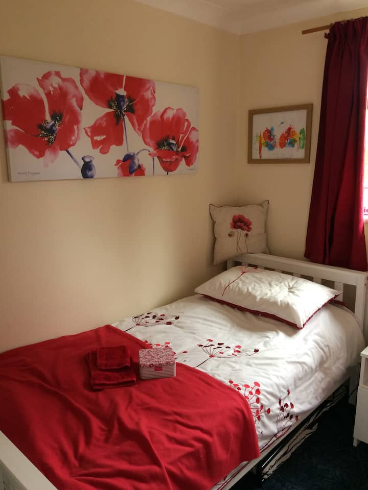 Single room convenient for town centre&the airport
