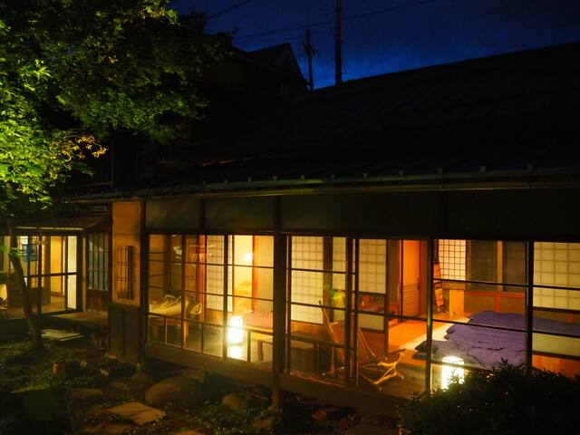隠れ家古民家ゲストハウスでの生活 1階の小部屋(隣の部屋と襖の区切り)