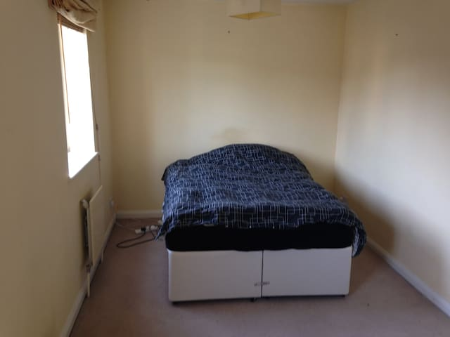Double Room to let - Esher - House