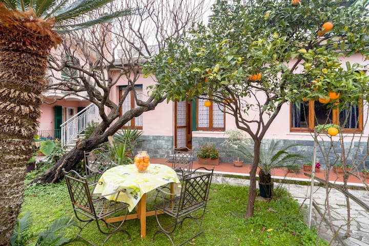 House with garden by the beach - Genova Nervi - Hus
