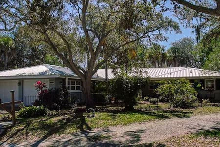 Beautifully furnished 3 bedroom home on the water - Sarasota