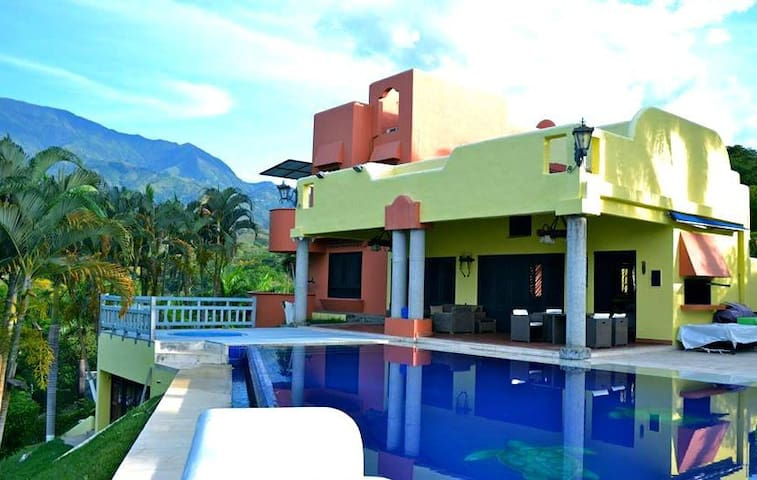 CASA DE CAMPO VIP ESTILO MEXICANO - Medellin - Huis