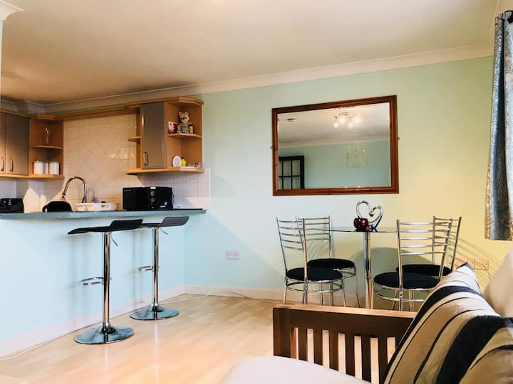 Modern Town Centre 2 Bedroom Flat + Parking, WiFi
