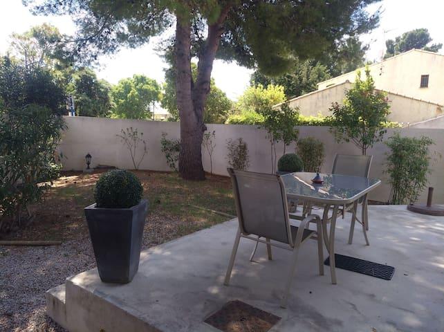 Petite maison avec jardin et parking sécurisé