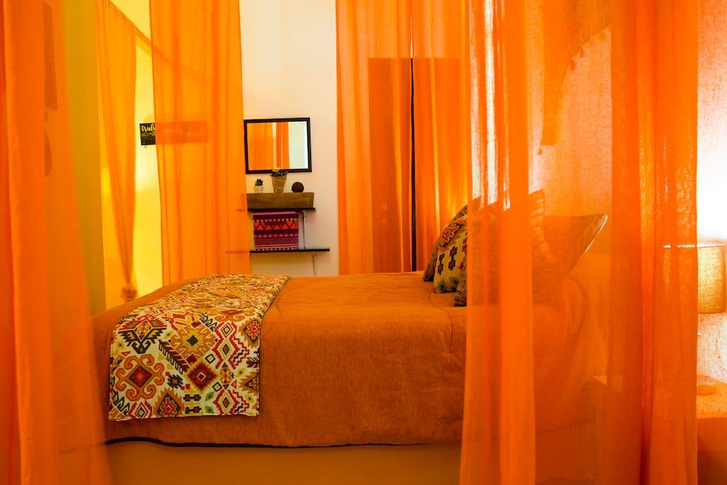 Main double bed. Cama principal matrimonial