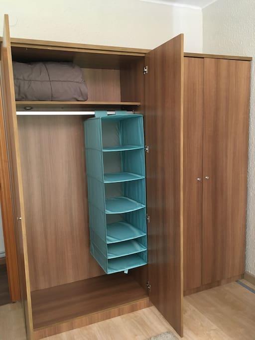 Шкаф для пользования один. Второй закрыт.