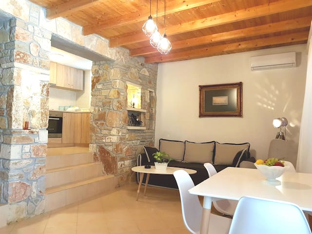 Palamidi view Nafplio Cottage (60m2/645sq ft)