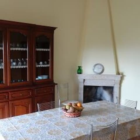 Small Hilltop Town Getaway Nestled in Countryside - Colli - Daire