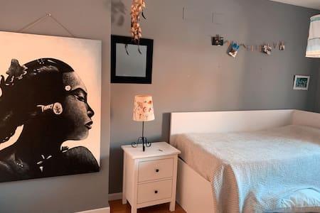 tranquila y amplia habitación a 15 km de Madrid.