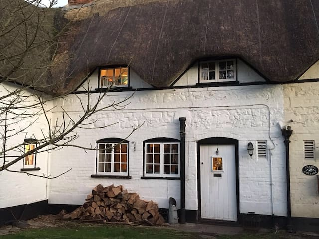 Charming 2 Bedroom Thatched Cottage - Manningford Bohune - Huis