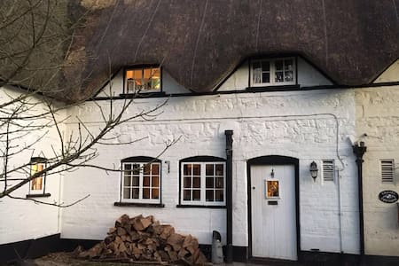 Charming 2 Bedroom Thatched Cottage - Manningford Bohune - House
