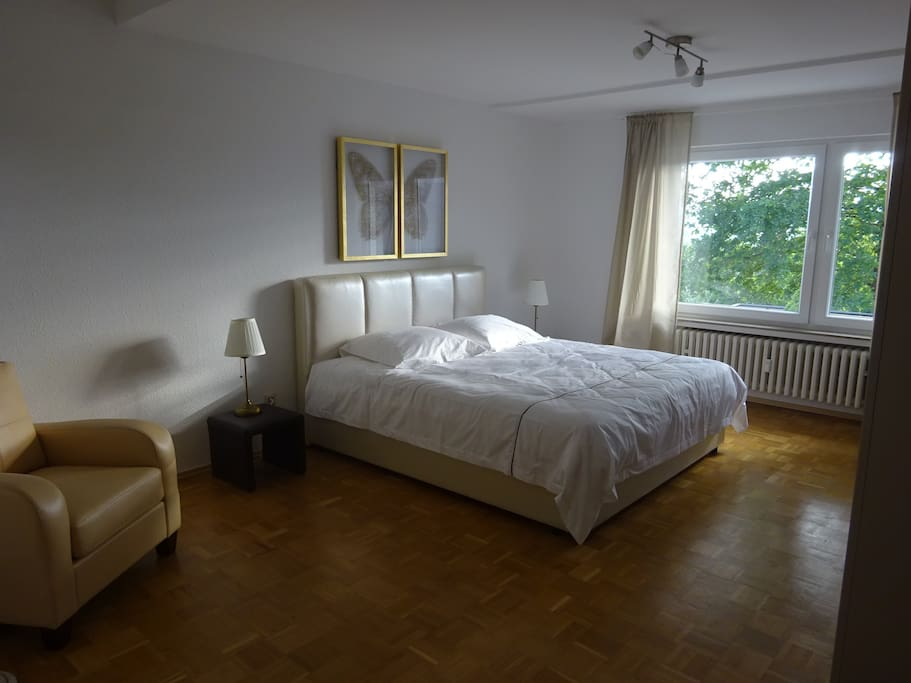 Schlafzimmer 1 mit direktem Zugang zur Terrasse