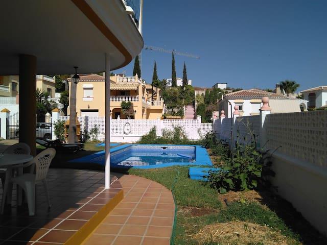 Estudio con jardín y piscina para 6 personas.