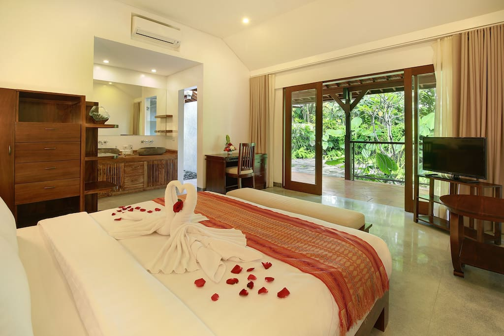 Bedroom with garden view