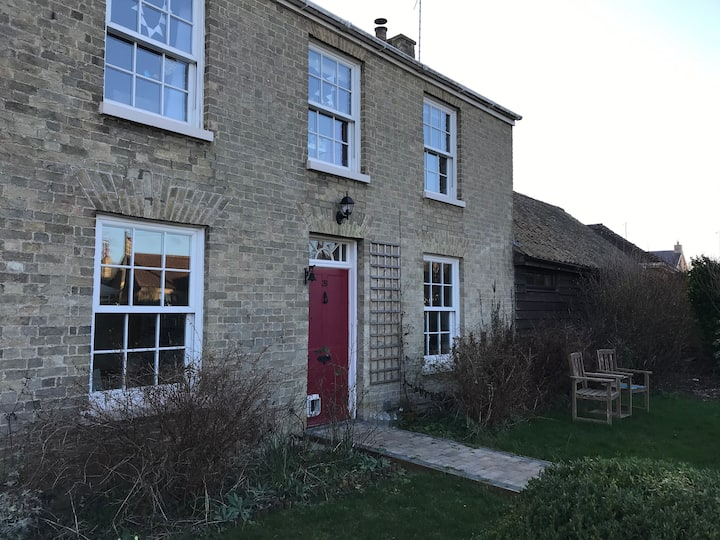 Farmhouse in Cambridgeshire village with pool