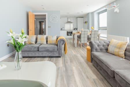 5* Luxury Apartment at Edinburgh's Western Harbour
