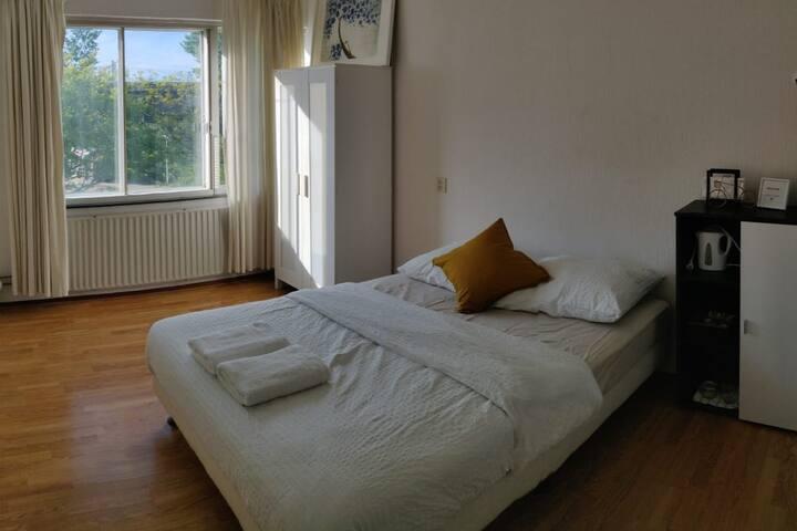 Bright room - 14min to Amsterdam CS - doorlock
