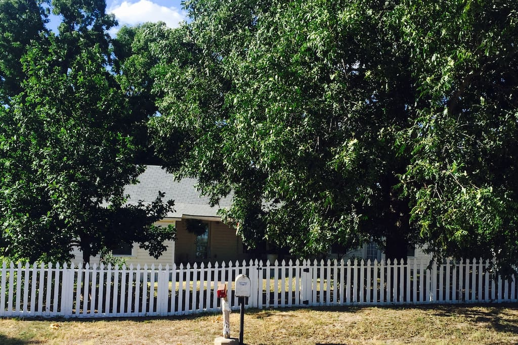 Privacy, privacy, privacy!!!  Quiet, serene, peaceful retreat w/ white picket fences, rose bushes, and trees galore!  Come stay, relax, rejuvenate, and enjoy!