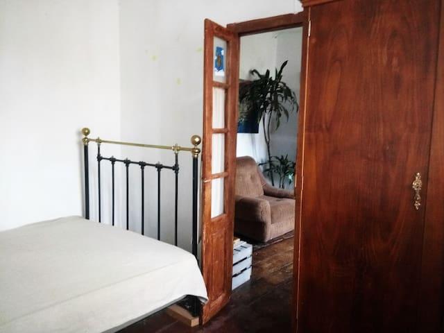 Vuestra habitación. Cama muy cómoda y armario con llave, como los de antes.