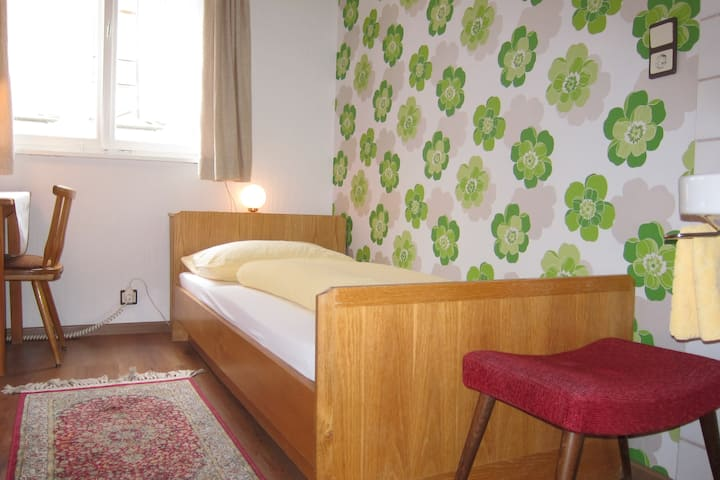 Einzelzimmer mit Dusche, WC auf der Etage