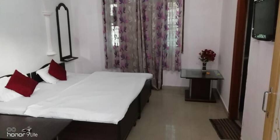 Keshav Nandan cozy stay near Ganga Laxman Jhula
