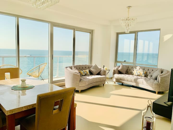 Luxurious 2 bedroom Apartment with direct seaview