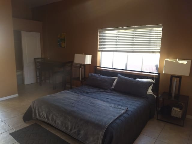 Spacious Casita w Private Parking Quiet Street