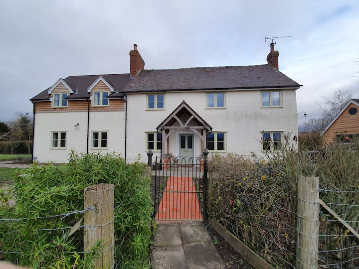 Charming Cosy Cottage in N. Herefordshire village