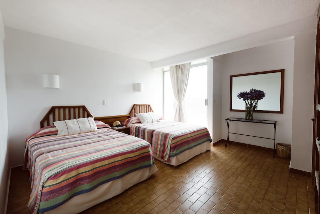 Dos camas matrimoniales sin TV