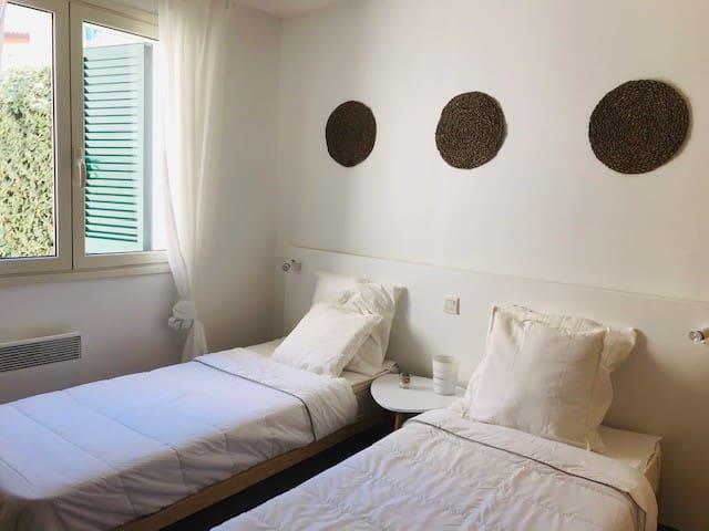 Chambre (possibilité de rapprocher les lits à laide d'un cale matelas).