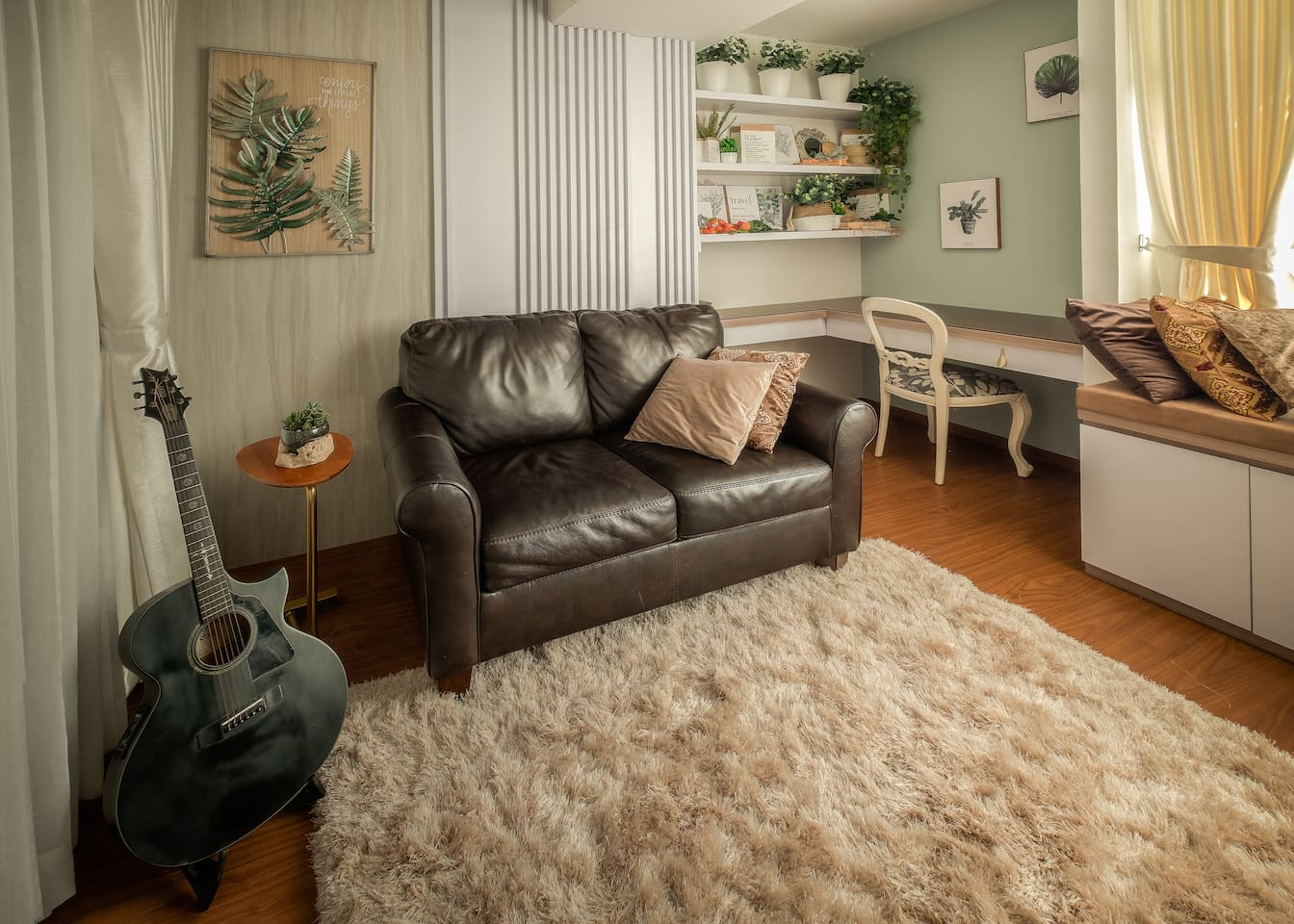 ★A really comfy and well decorated living room with genuine leather couch ★ shaggy rug ★ with a decent home theater system ★ NETFLIX USA, and an acoustic guitar!