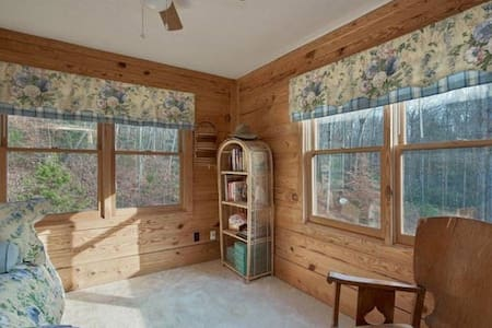 AVAILABILE!! SINGLE BEDROOM IN LOG STYLE MTN HOME - Inap sarapan