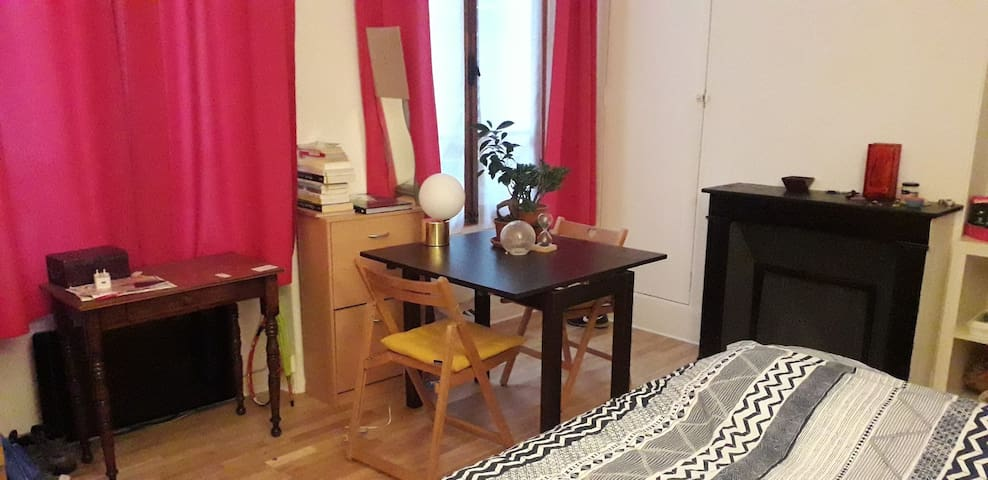 Studio near the center of Paris. Good for couples!
