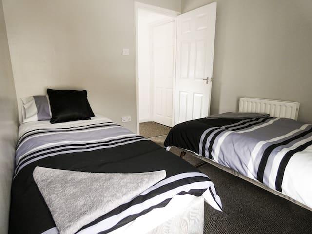Wyndham House Twin Room 3 near Bike Park Wales