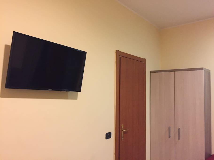 tv 32 pollici schermo piatto e armadio