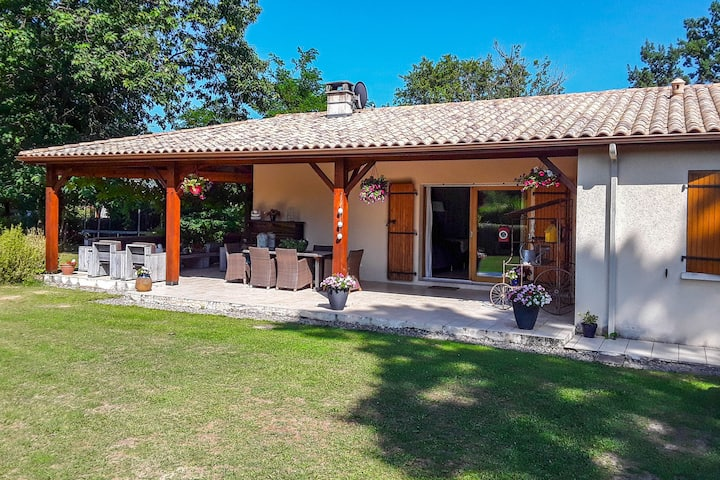 Alluring Villa in Écuras with Fenced Garden