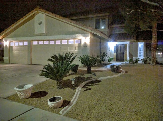 Beautiful 4 bedroom Home By Summerlin with Hot Tub