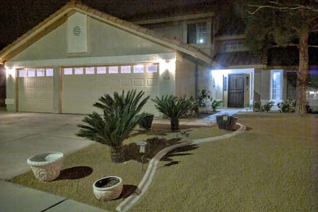 Beautiful 4 bedroom Home By Summerlin with Pool